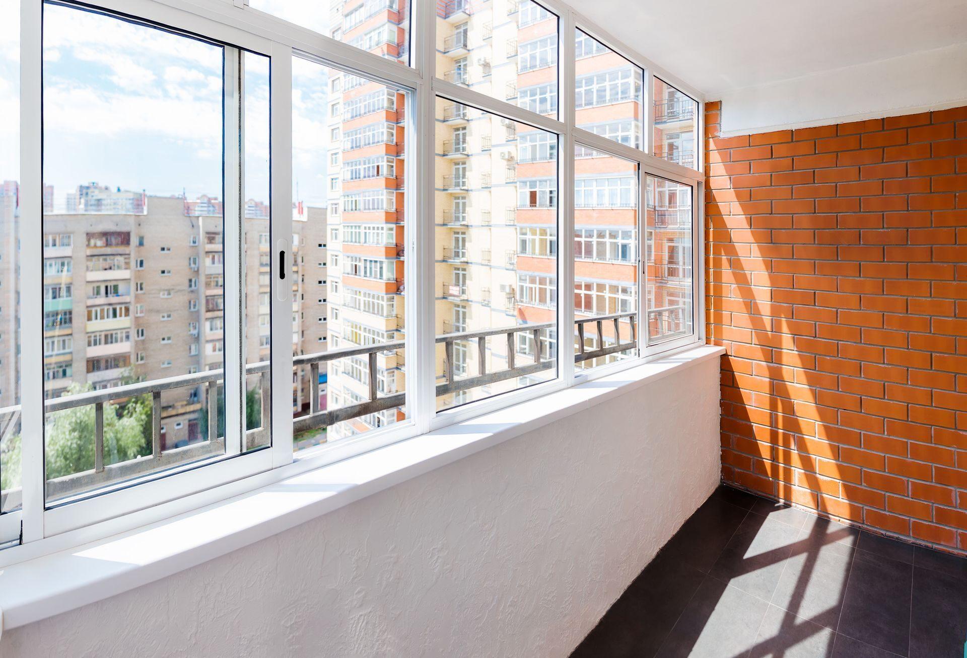 Остекление балконов и лоджий пластиковыми окнами под ключ це.